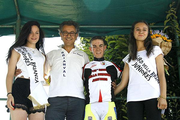 Caiati sul palco con maglia vincitore 13^ Giro della Brianza (Foto Kia)