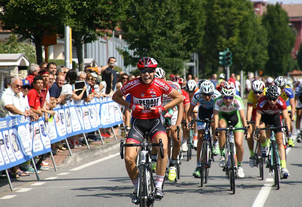 Francesco Sturini esulta sulla linea bianca (Foto Berry)