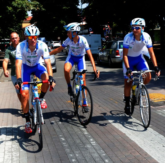 Davide Pellis con due compagni di squadra (Foto Pisoni)