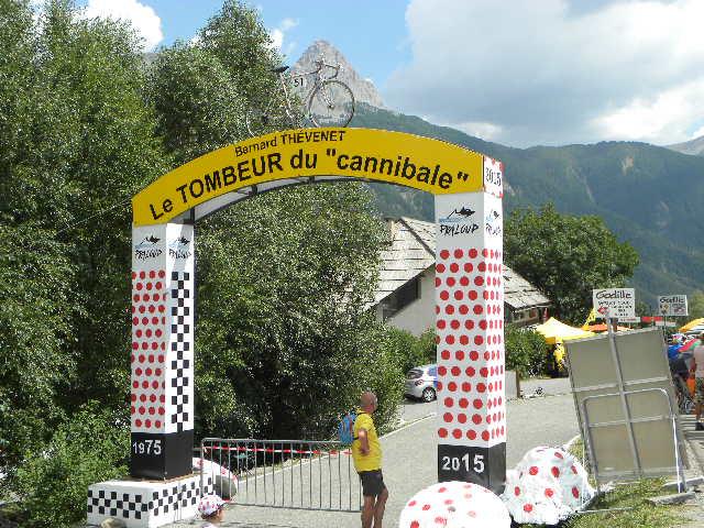 L'arco eretto in ricordo dello storico duelle tra Merckx e Thevenet (Foto Nastasi)