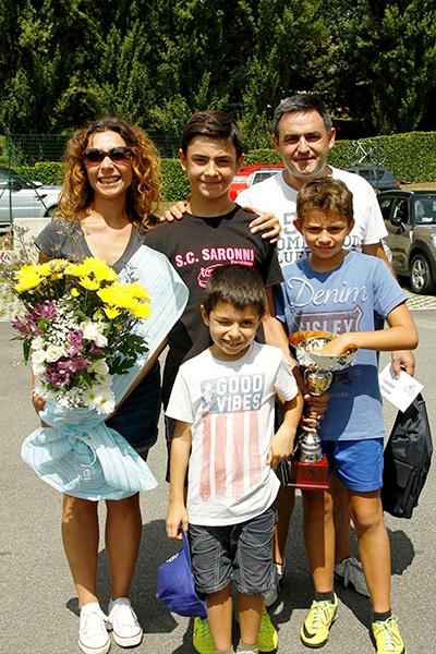 Andrea Montoli con i genitori e i fratelli a Villaguardia (Foto Kia)