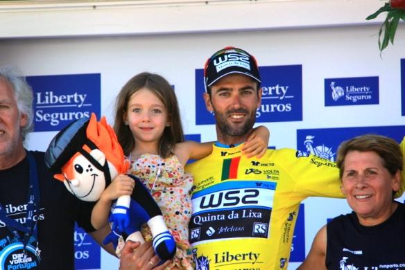 Cesar Veloso sul podio con la figlioletta (JC Faucher)