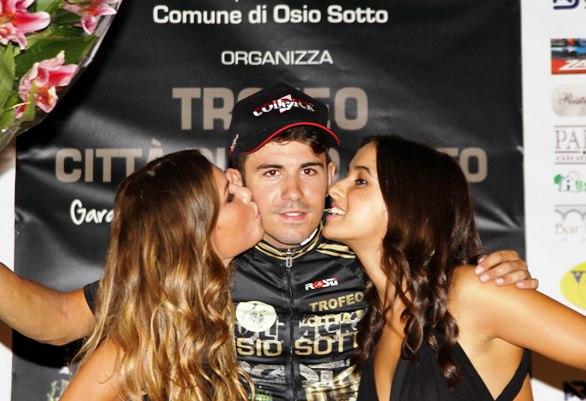 Francesco Lamon riceve il bacio dalle miss (Foto Berry)
