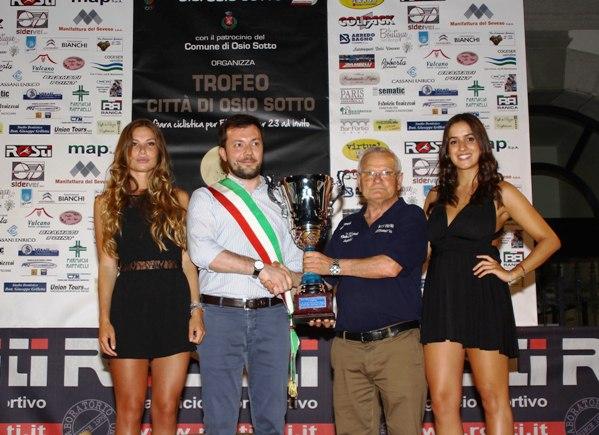 Vice Sindaco Fabio Paganini consegna a Leonardo Pirro il Trofeo 2^ squadra classificata (Foto Berry)