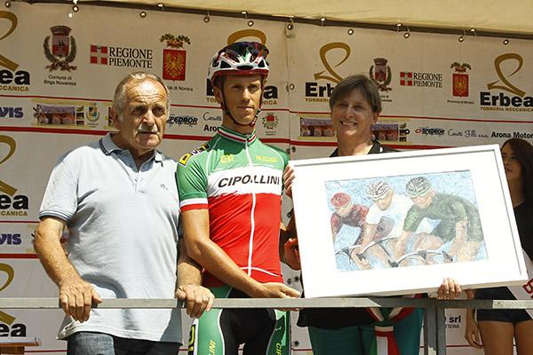 Davide Pacchiardo premiato dal Sindaco di Briga e da Giuseppe Bellosta (Foto Kia)