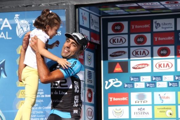 Delio Fernandez con la figlioletta sul podio (Foto JC Faucher)