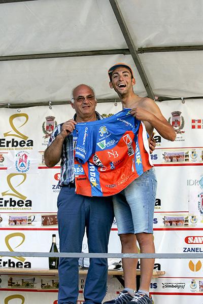 Organizzatore Peta riceve la maglia sociale dal vincitore Michele Gazzara (Foto Kia Castelli)