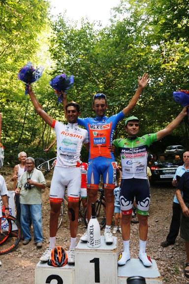 podio con sullo sfondo a sinistra i tifoso Ghioldi (Foto Pisoni)
