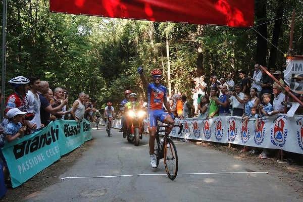 L'arrivo vittorioso di Michele Gazzara (Foto Pisoni)