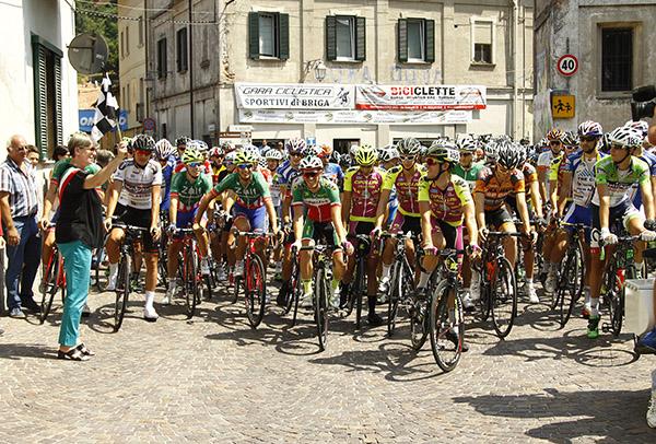 Chiara Barbieri, Sindaco di Briga Novarese, dè il via alla corsa (Foto Kia)