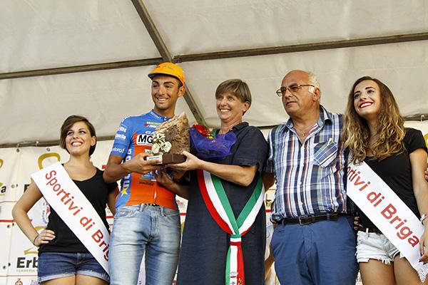 Sindaco Chiara Barbieri premia il vincitore Michele Gazzara (Foto Kia)