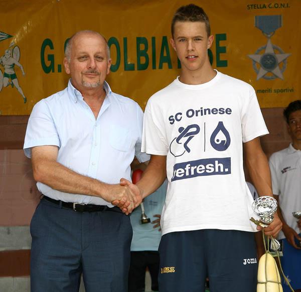 Presidente Andrea Rigolin premia Arioli 3^ classificato (Foto Berry)