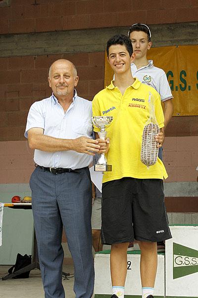 Premiazione Yuri Brioni da parte del presidente GS Solbiatese, Andrea Rigolin (Foto Kia)