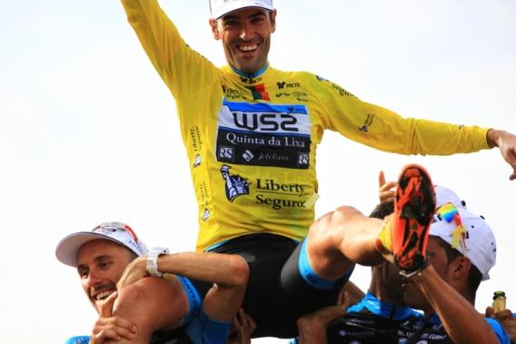 Veloso portato in trionfo dai compagni di squadra (Foto Jean Claude Faucher)