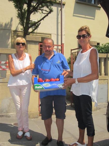 Cav Zama offre pesche nettarine a Silvia e Milvia Martini (Foto Andrea Silvagni)
