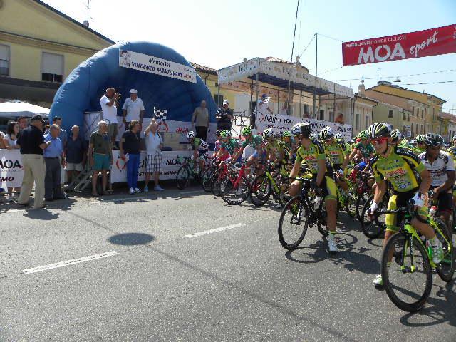 L'Olimpionico Luigi Roncaglia da il via alla corsa (Foto Nastasi)