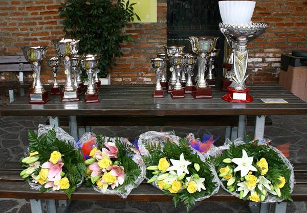 Fiori e Trofei della gara (Foto Berry)