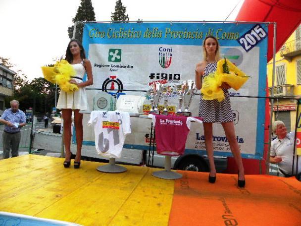 Palco premiazioni con premi e miss (Foto Kia)