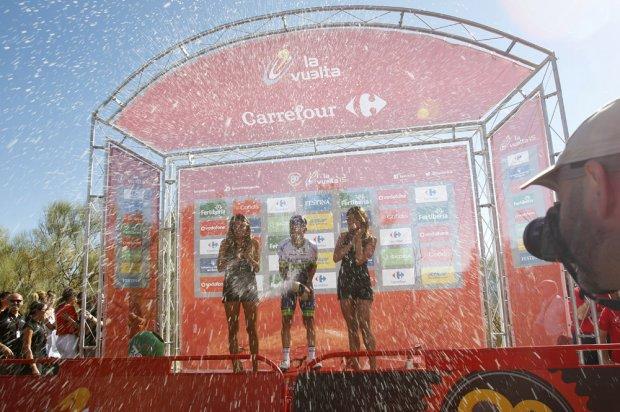 Esteban Chaves festeggia sul podio