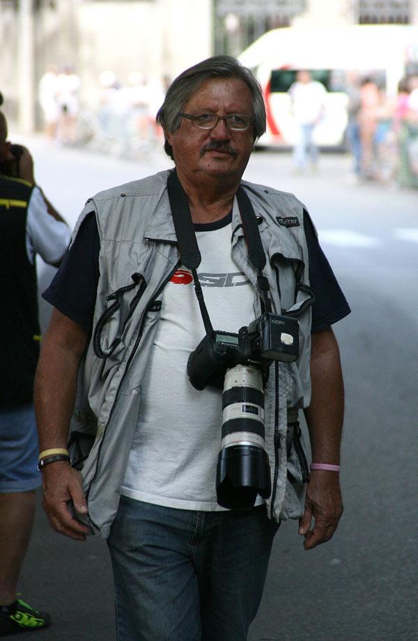 Il fotoreporter Antonio Pisoni in azione (Foto Berry)
