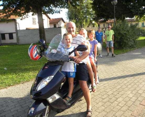 Sangalli in moto con i nipotini Filippo. Emma e Giulia (Foto Nastasi)