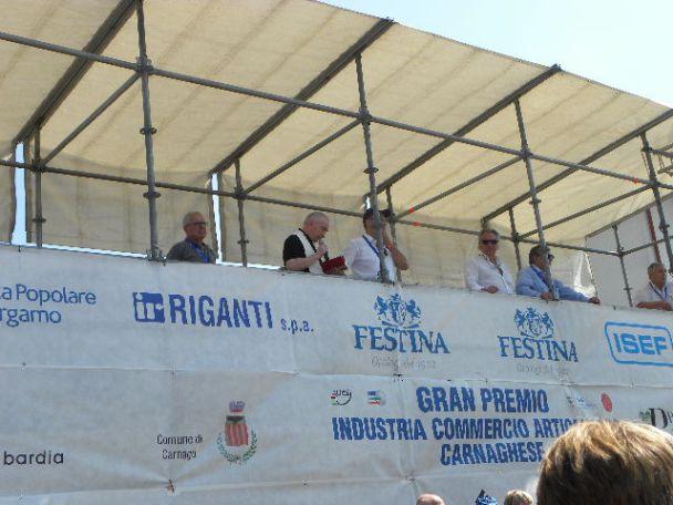 Il palco arrivo con Don Giovanni e Sandro Brambilla (Foto Nastasi)