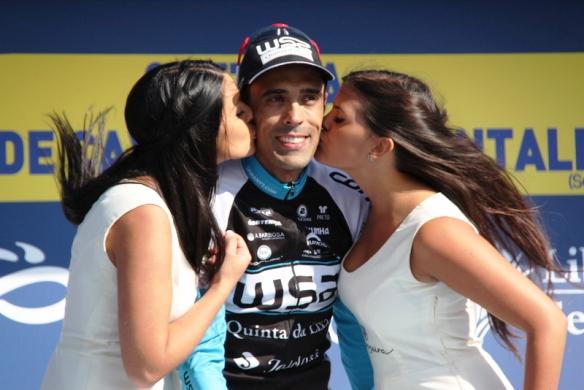 A Delio Fernandez il bacio delle miss (Foto JC Faucher)