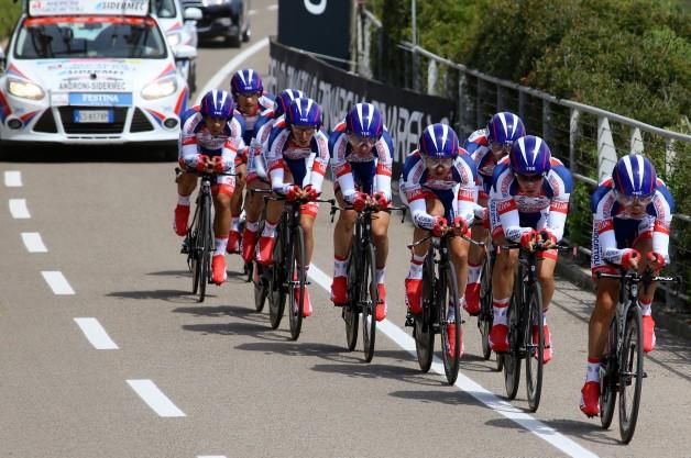 Team Androni Giocattoli-Sidermec in azione nella cronosquadre del Giro d'Italia 2015