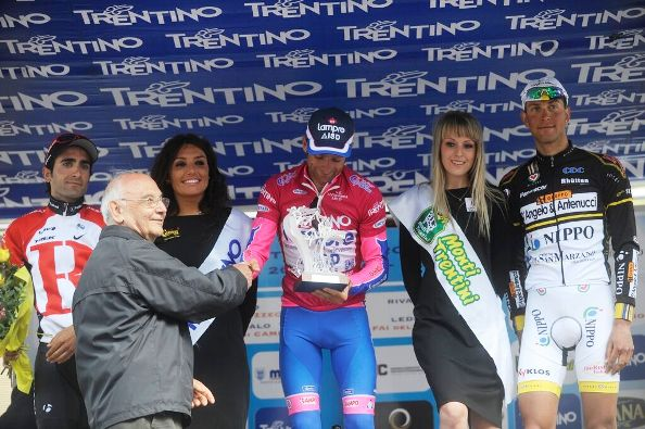 Nerino Joppi premia Michele Scarponi (Foto Mosna)