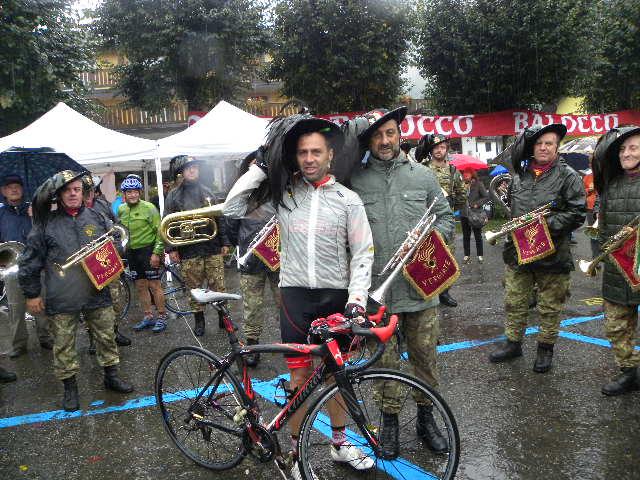 Gilberto Simoni in tenuta da Bersagliere Ciclista (Foto Nastasi)