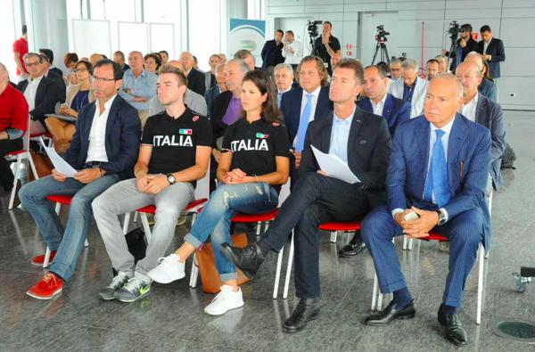 I CT Cassani e Salvoldi con Viviani e Cecchini