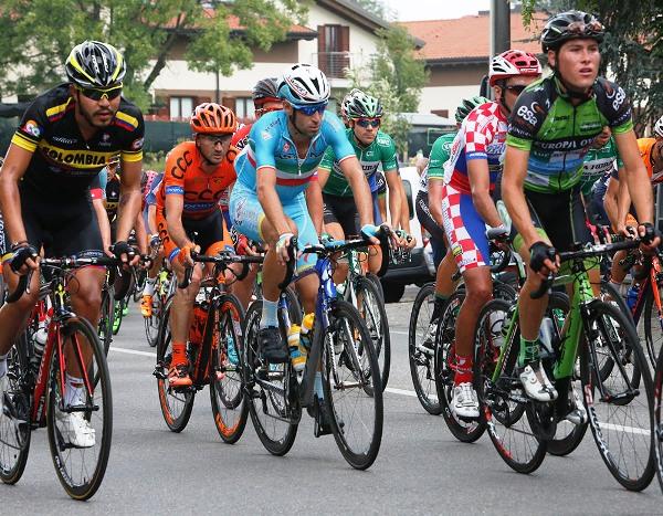 Il Tricolore Vincenzo Nibali nella pancia del gruppo (Foto Pisoni)