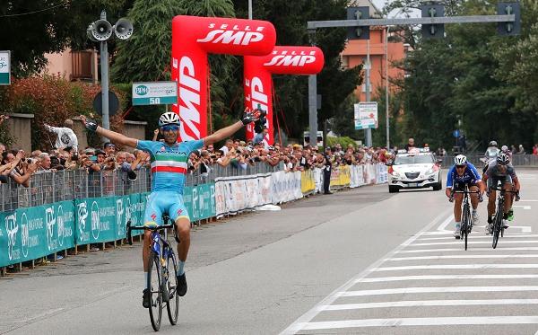 Il Tricolore Vincenzo Nibali a braccia aperte vince la 97° Coppa Bernocchi a Legnano (Foto Pisoni)