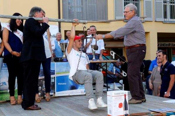 De Antoni, Organizzatore GP Sannazzaro, pesa il vincitore dell'edizione 61^ Jacub Mareczko (Foto Pisoni)