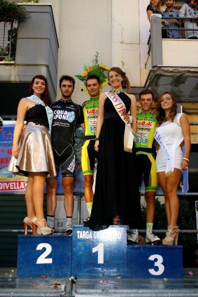Da sx, Bucci, Modena, Lonardi, Podio con le miss (Foto Asd Polisport)