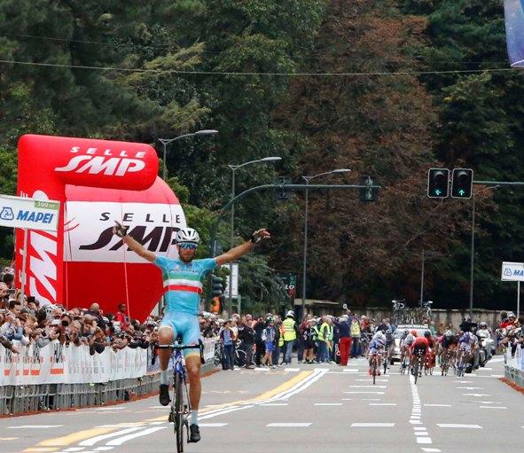 Nibali in trionfo a Varese (Foto Pisoni)