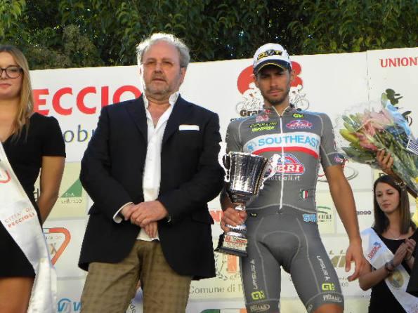 Mauro Finetto, 3^ classificato premiato dal presidente UC Pecciolese, Luca Di Sandro (Foto Nastasi)