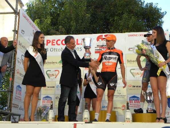 Stefano Piccolo premia il secondo classificato (Foto Nastasi)