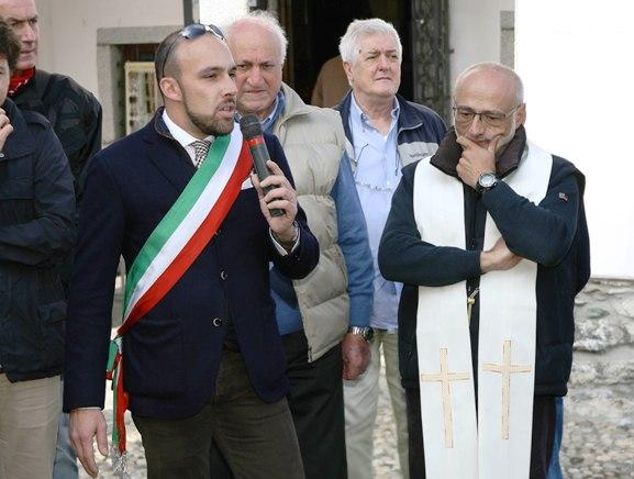 Sindaco Magreglio inaugurazione Stele Don Luigi Farina (Foto Berry)