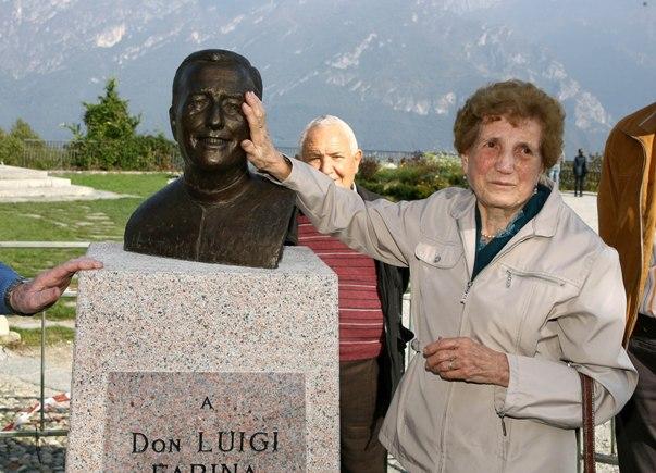 Sorella di Don Luigi accarezza stele del Fratello (Foto Berry)