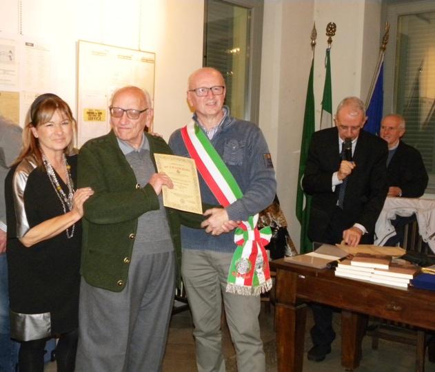 Ass Rabolli e Vicesindaco Bordoni premiano un Volontario Mondiali 1965 (Foto Nastasi)