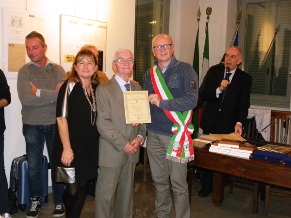 17.10.15 - Bordoni vicesindaco premia un Volontario dei Mondiali 1965