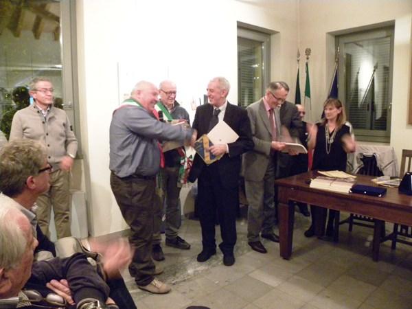 Alberto Cingolani Sindaco di Barbara premia Pierluigi Macchi Presidente US Cavariese (Foto Nastasi)