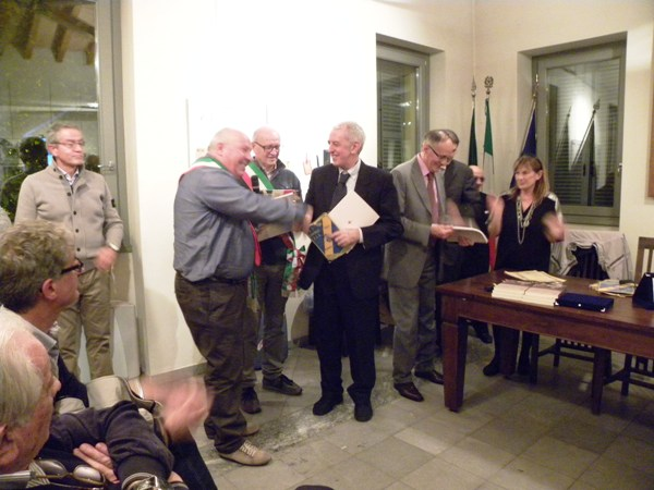 Alberto Cingolani Sindaco di Barbara premia Pierluigi Macchi preidente US Cavariese (Foto Nastasi)