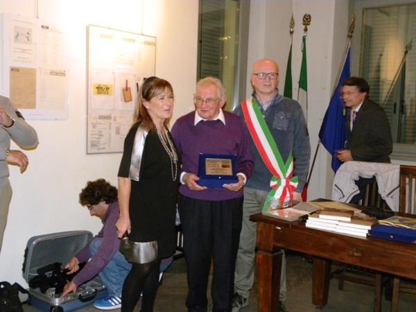 Assessore  Rabolli e vicesindaco Bordoni premiano Tino Guffanti (Foto Nastasi)