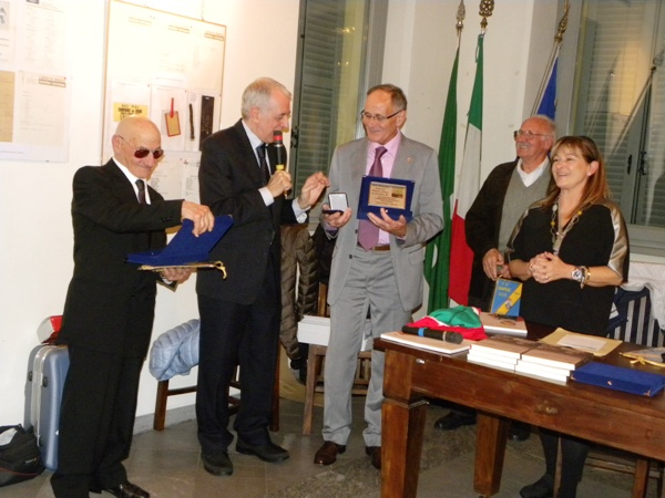 Rabolli e Macchi premiano Renato Longo (Foto Nastasi)