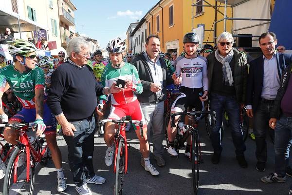 L'Organizzatore Renato Moreni consegna al Tricolore Elite Milani, una Medaglia d'Oro (Foto Pisoni)