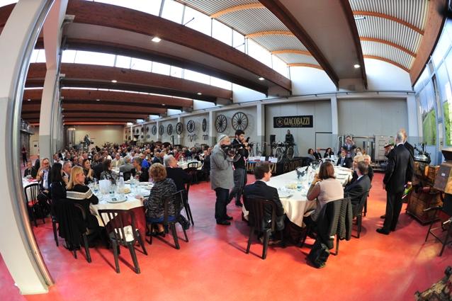 Salone del convivio  con i commensali (Foto Soncini)