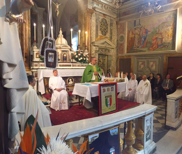 Padre Nicola celebra la Santa Messa alla Castellina
