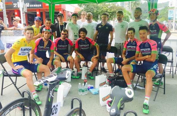 Modolo vincitore del Tour of Hainan con i compagni di squadra